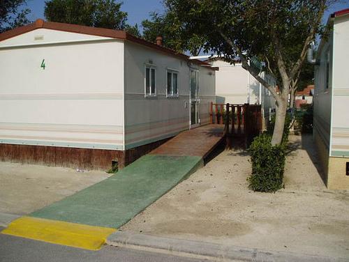 Comment assembler deux bungalows dans un camping ?