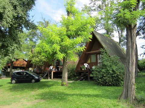 Quel camping dans le Var possède des emplacements de Bungalows ?