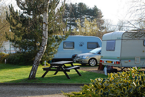 Quels sont les frais de dossier pour une réservation d'un emplacement de camping ?