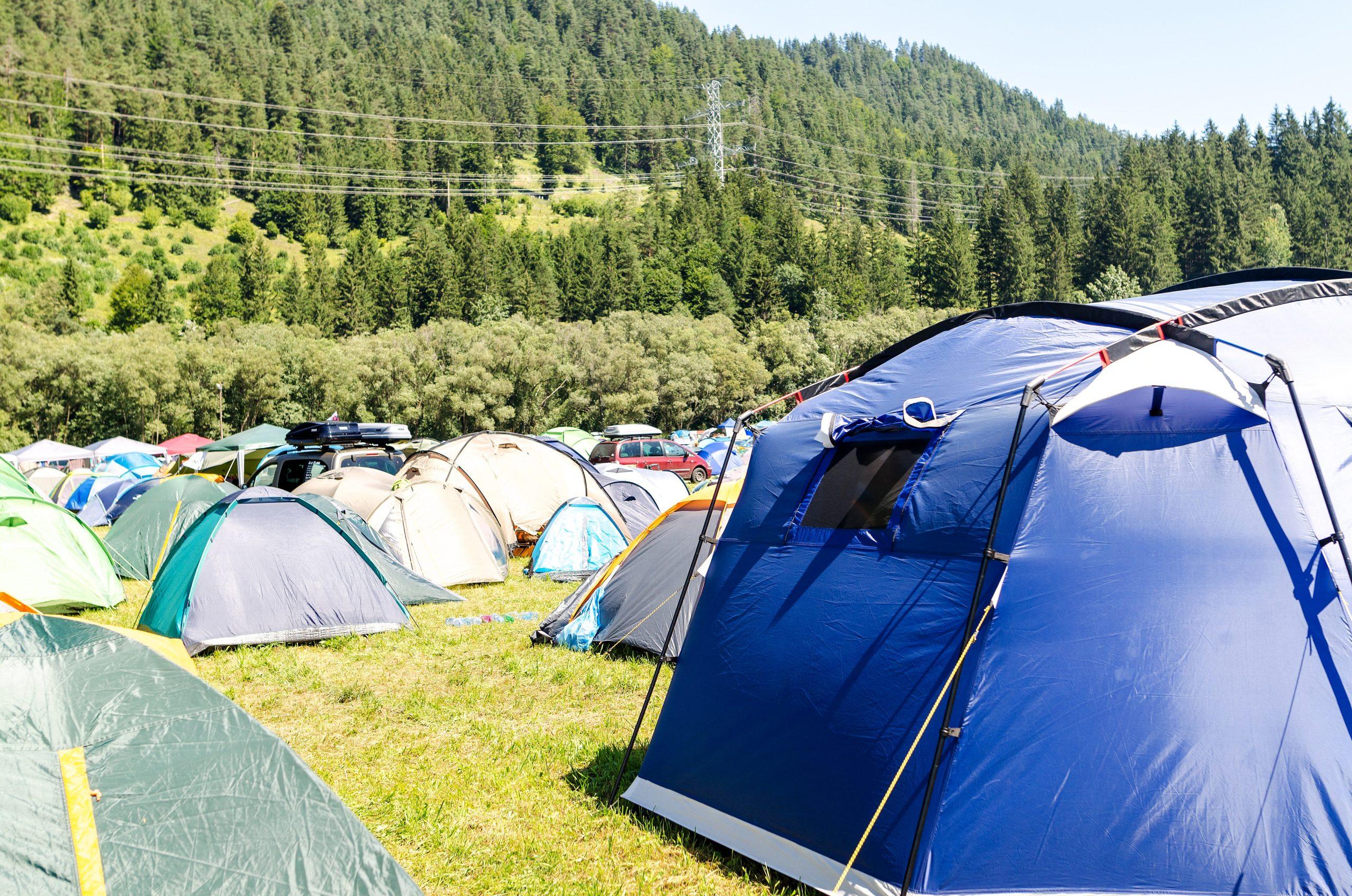 Comment installer une bâche en camping ?